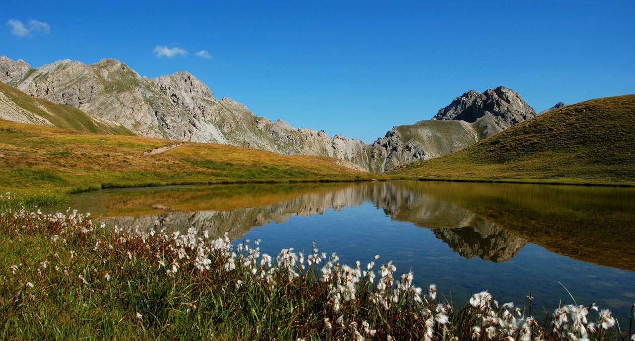 Lac au cœur des montagnes du Queyras
